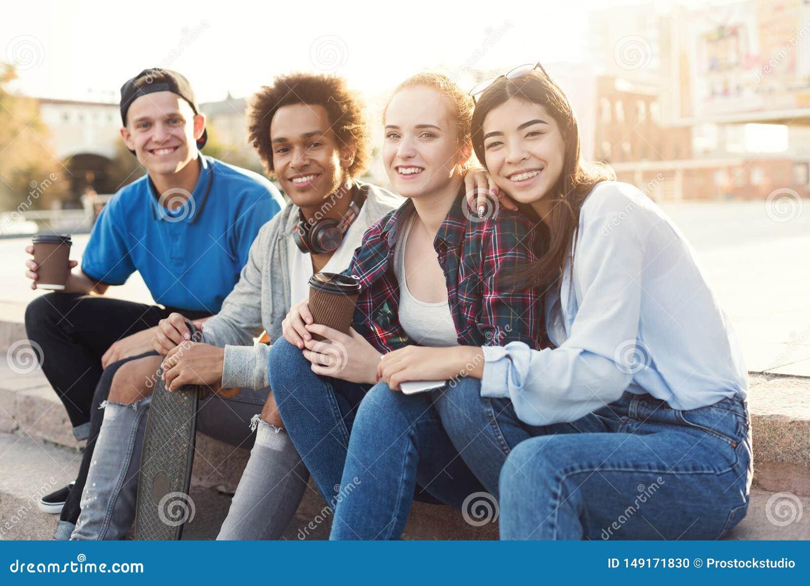 Groep tieners die uit in vleetpark hangen