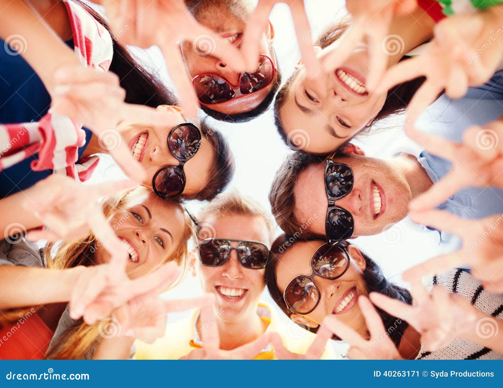 Groep tieners die vinger vijf gebaar tonen