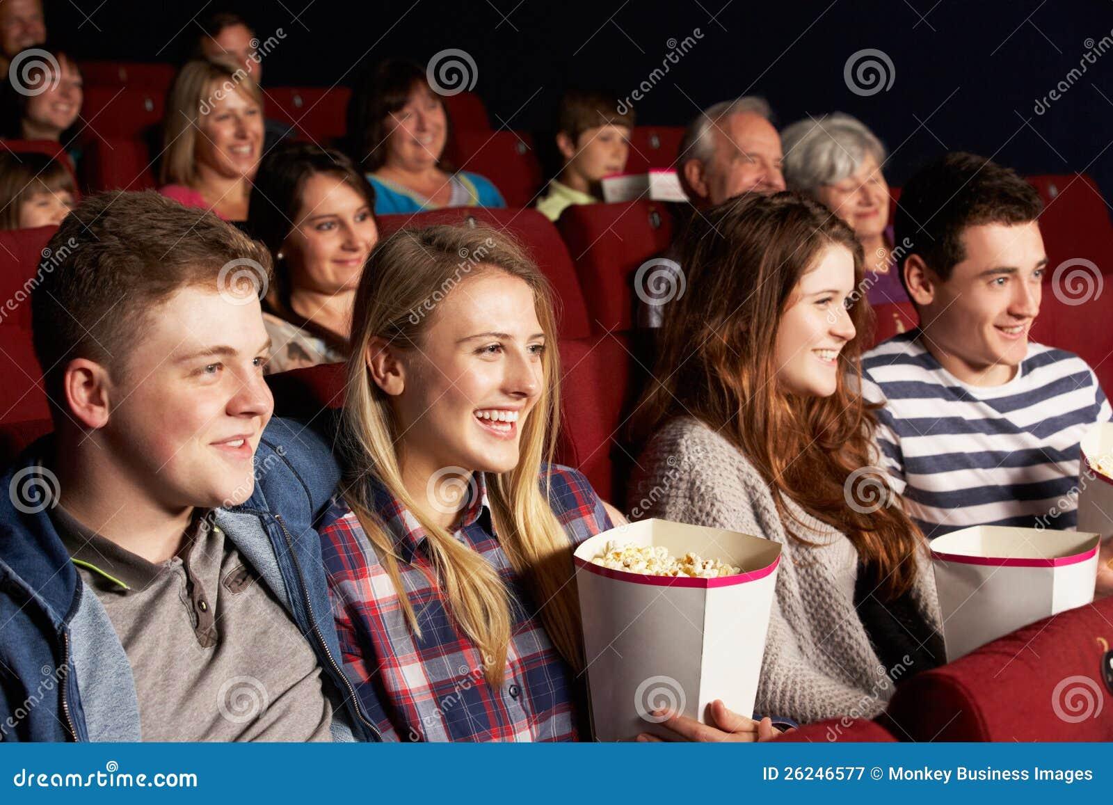 Groep TienerVrienden die op Film in Bioskoop letten