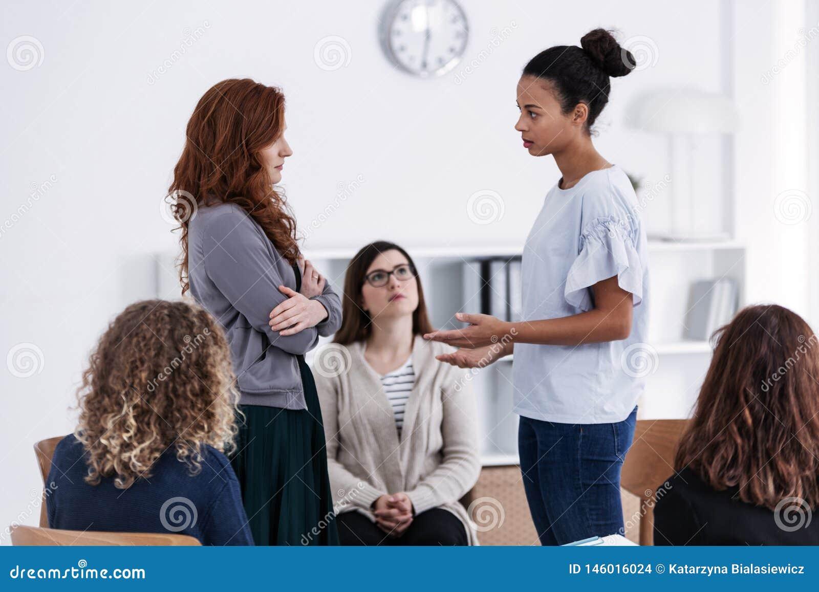 Groep tijdens psychologische therapie, die voor vrouwenconcept opleiden