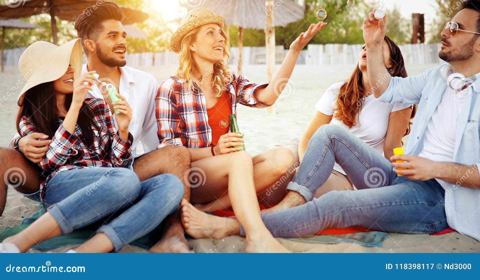 _groep van jong vrolijk mensen plakken aan elkaar en glimlachen