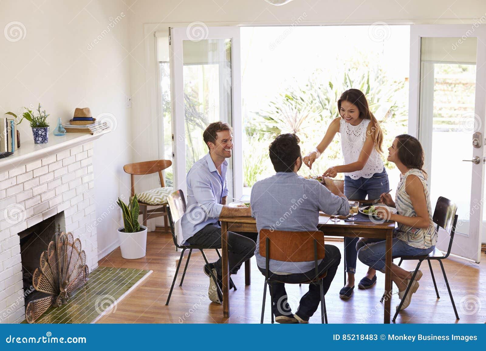 Groep Vrienden die Diner van Partij thuis samen genieten