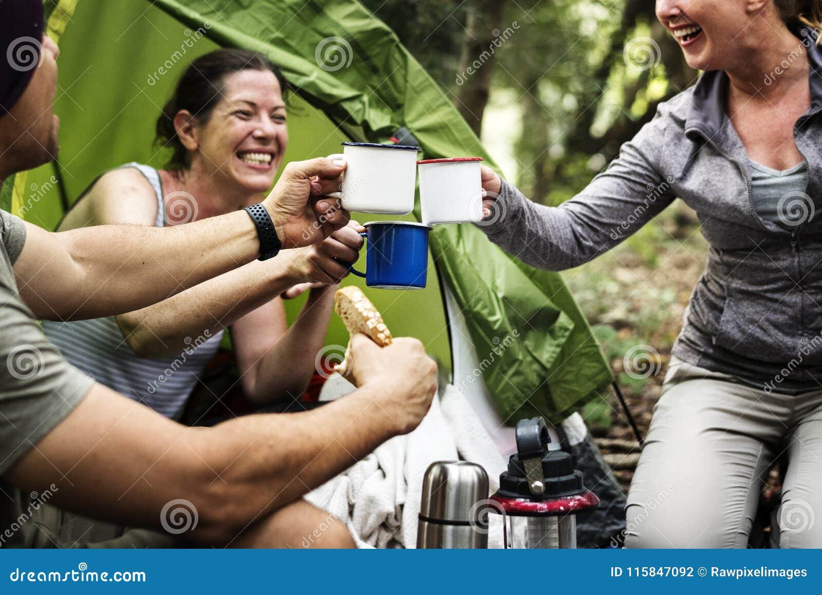 Groep vrienden die in het bos kamperen