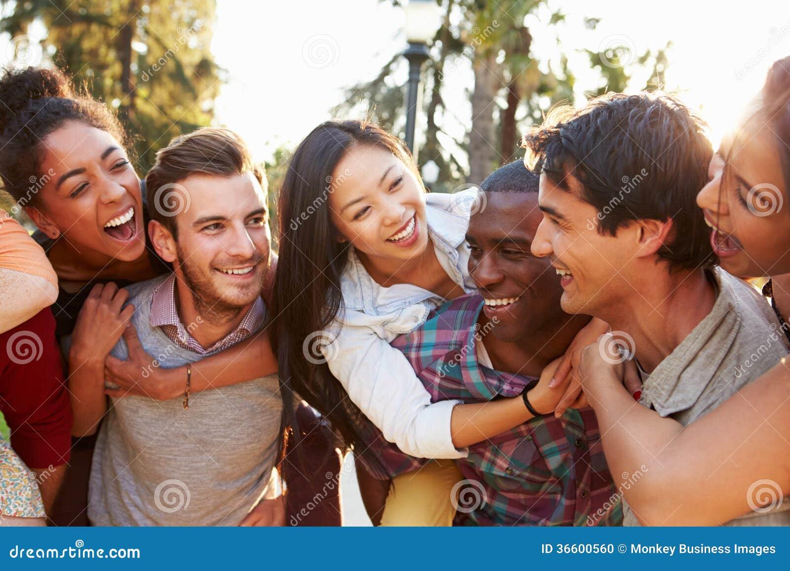 Groep Vrienden die Pret hebben samen in openlucht