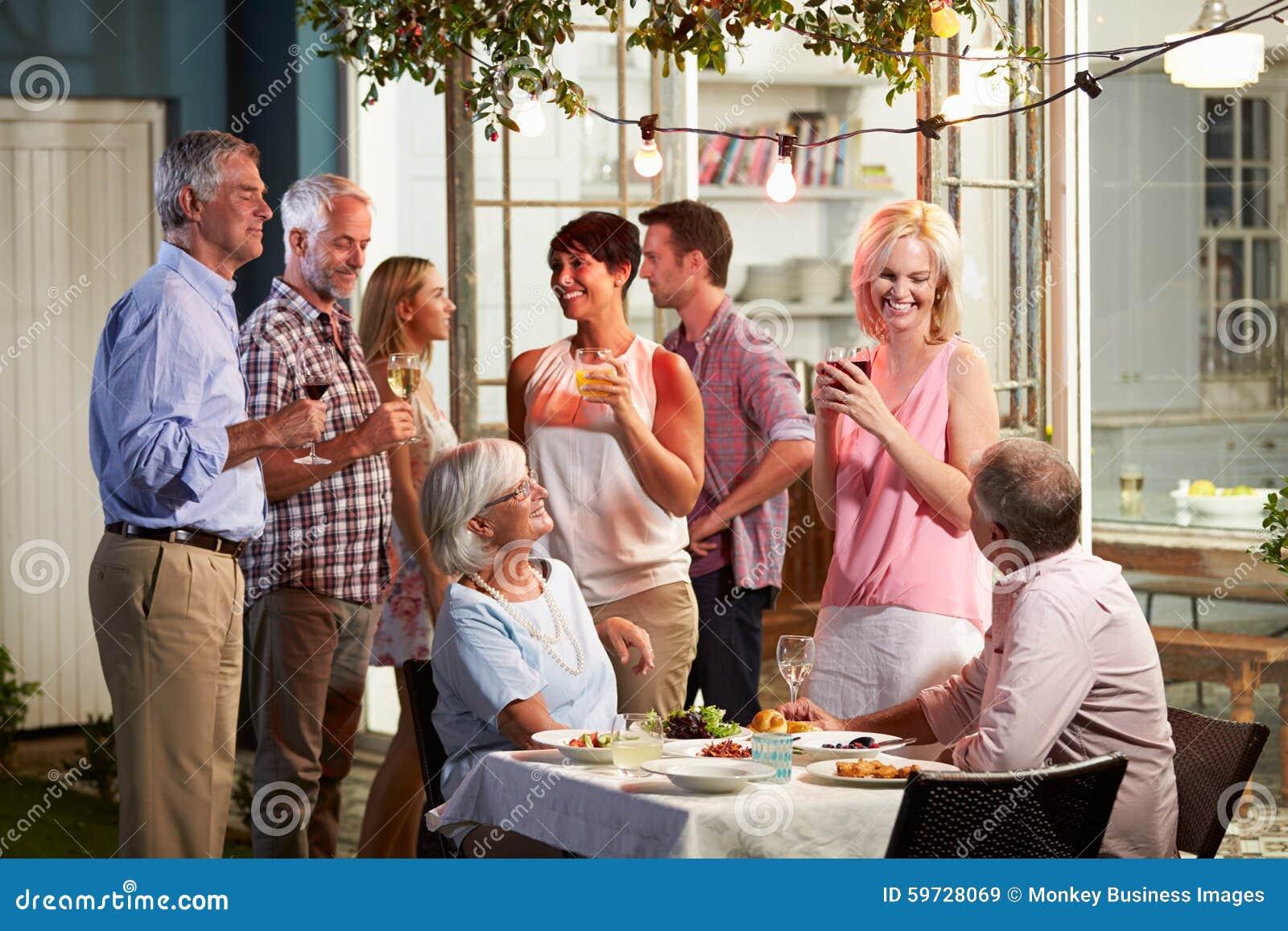 Groep Vrienden die van de Openluchtpartij van Avonddranken genieten