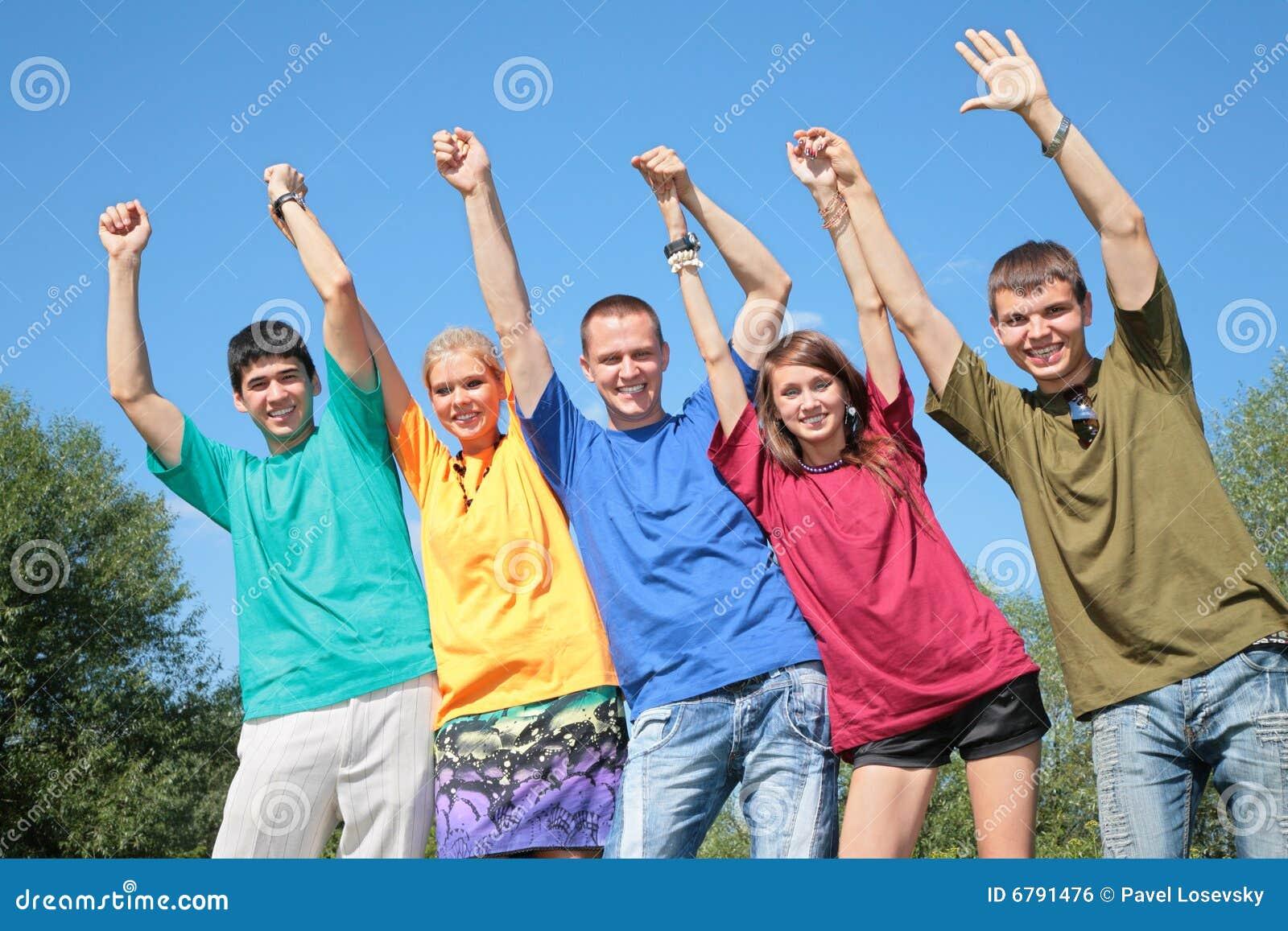 Groep vrienden in veelkleurige overhemden