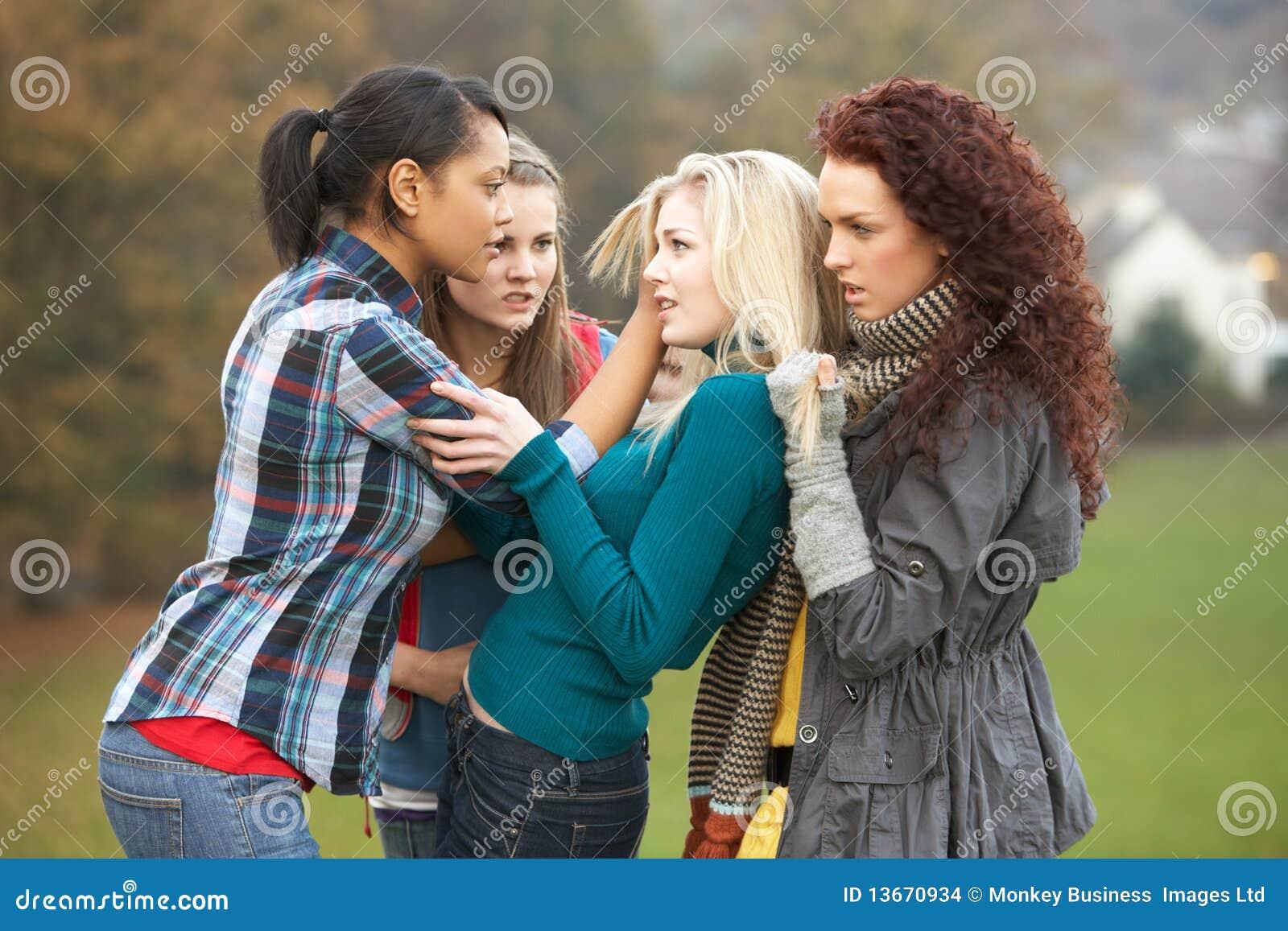 Groep vrouwelijke tieners die meisje intimideren stock foto afbeelding 13670934 - Tiener meisje foto ...