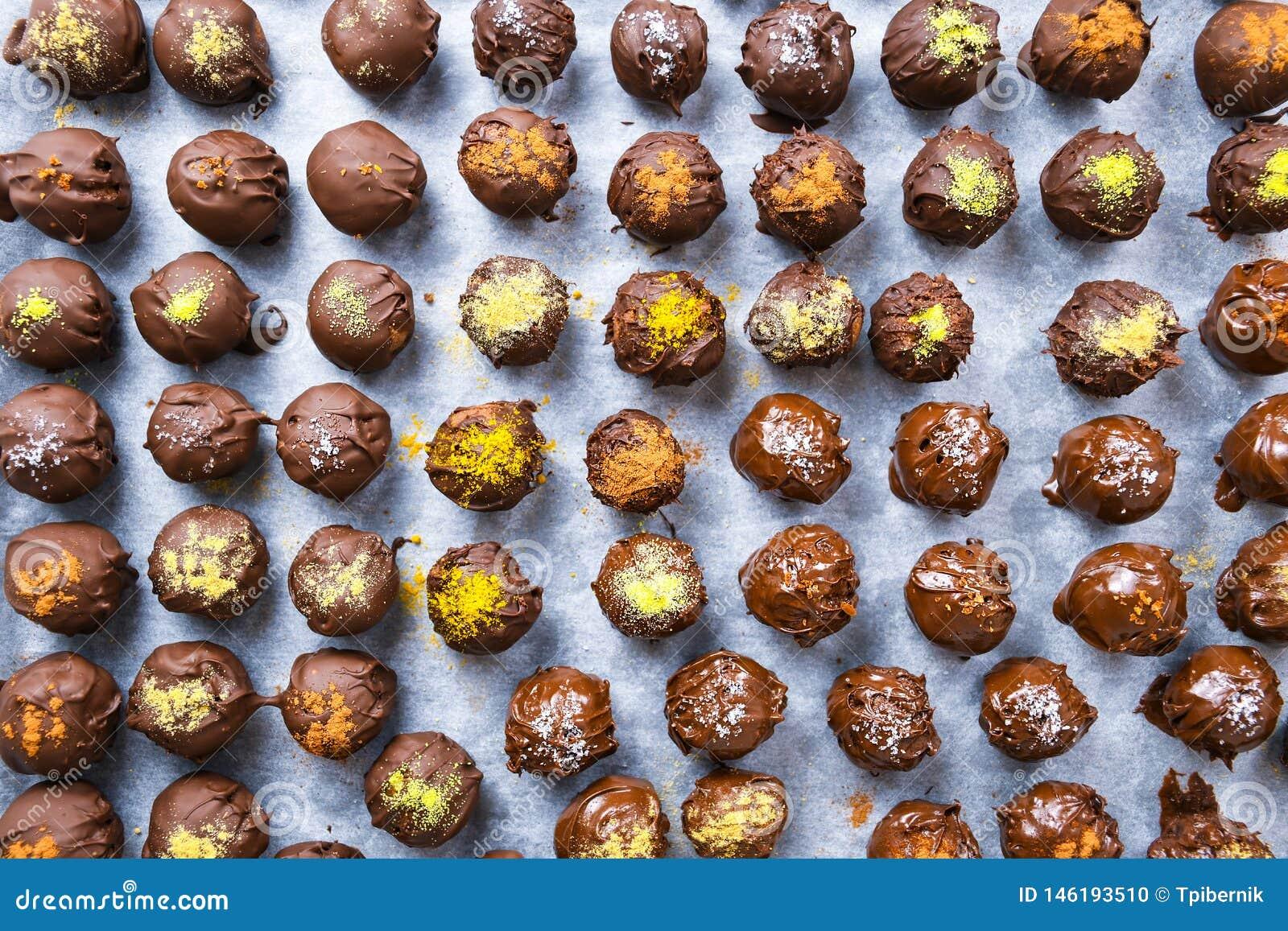 Groep zoete en smakelijke eigengemaakte chocoladeballen op een steunend document