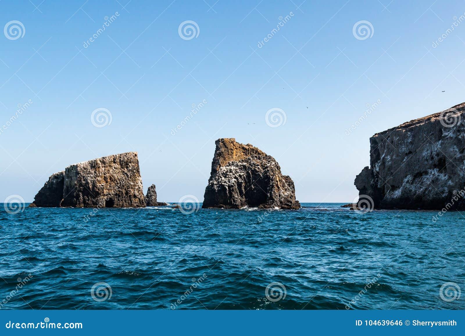 Download Groepering Van Vulkanische Rotsvormingen Bij Het Eiland Van Anacapa Van Het Oosten In Californië Stock Foto - Afbeelding bestaande uit staat, eiland: 104639646