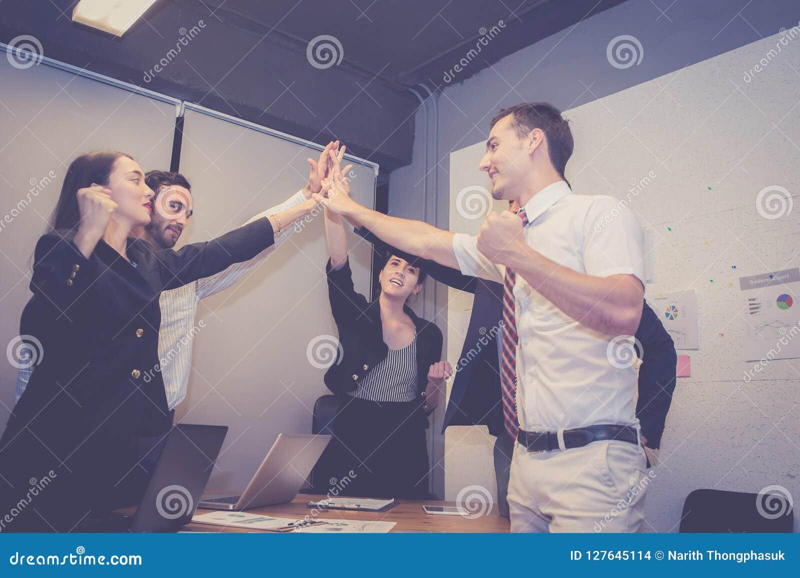 Groeps bedrijfs Aziatisch mensenteam met succesgebaar die hallo vijf in de vergadering, het werkgroepswerk samen geven van de ove