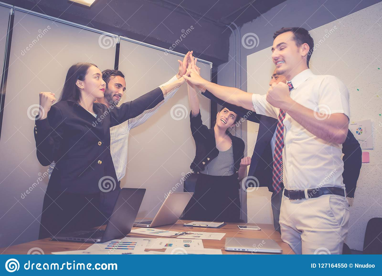 Groeps bedrijfs Aziatisch mensenteam met succesgebaar die hallo vijf in de vergadering, overeenkomst met het werkgroepswerk samen
