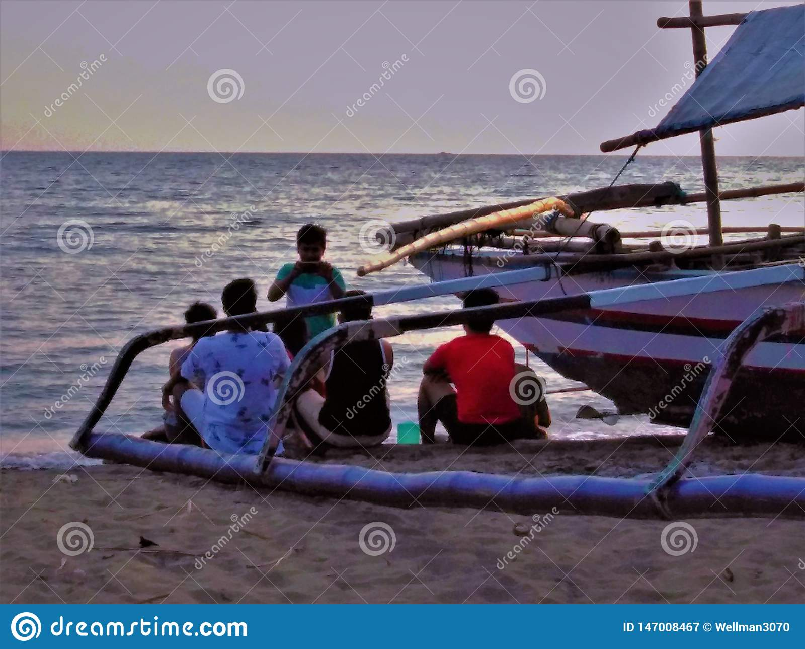 Groepsbeeld met vrienden langs de overzeese kust