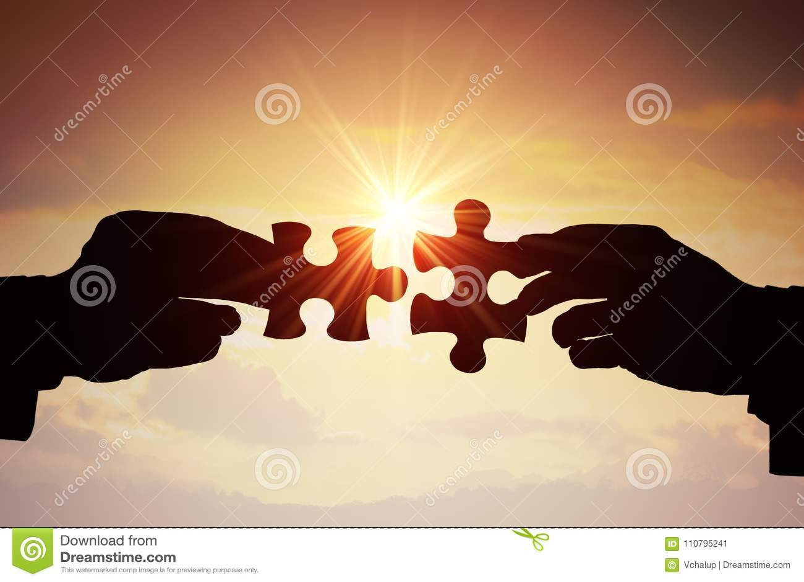 Groepswerk, vennootschap en samenwerkingsconcept Silhouetten van twee handen die bij twee stukken van raadsel zich samen aansluit