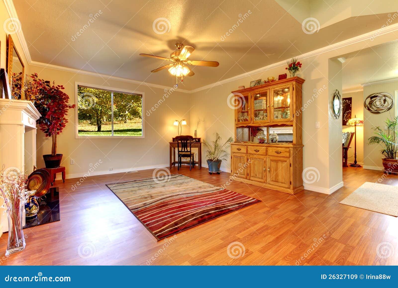 Großes Wohnzimmer Mit Massivholzboden Und Beige Wänden ...