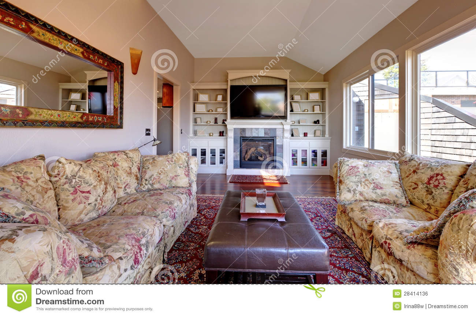 Großes wohnzimmer mit sofa, fernsehapparat und braunen wänden ...