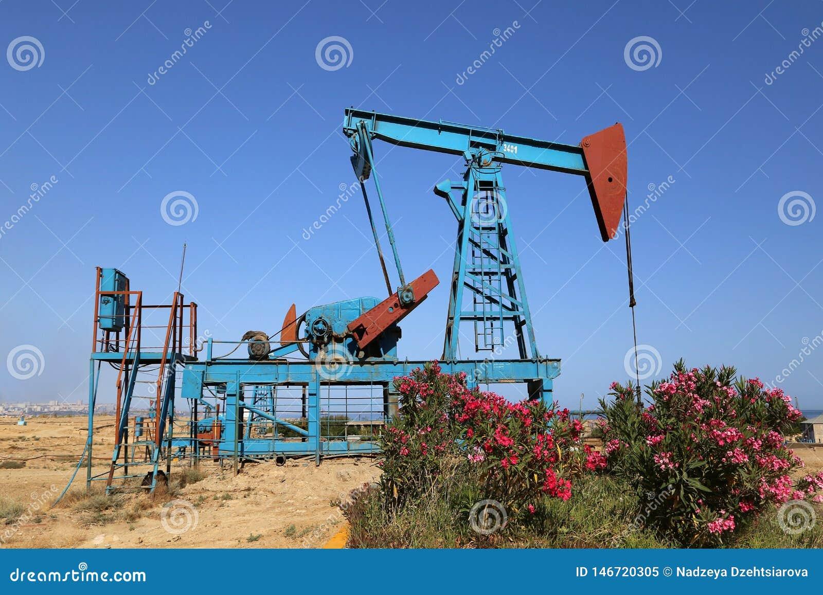 Grondaandrijving van een uitloper-staaf pomp tijdens verrichting van oliebronnen