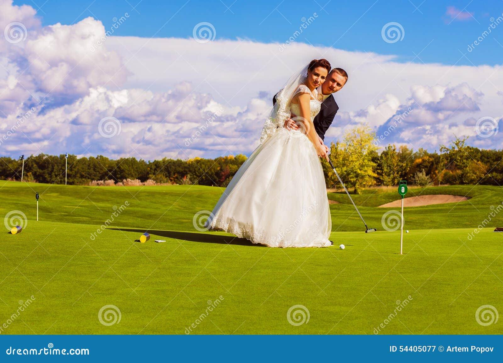 Groom и невеста играя гольф