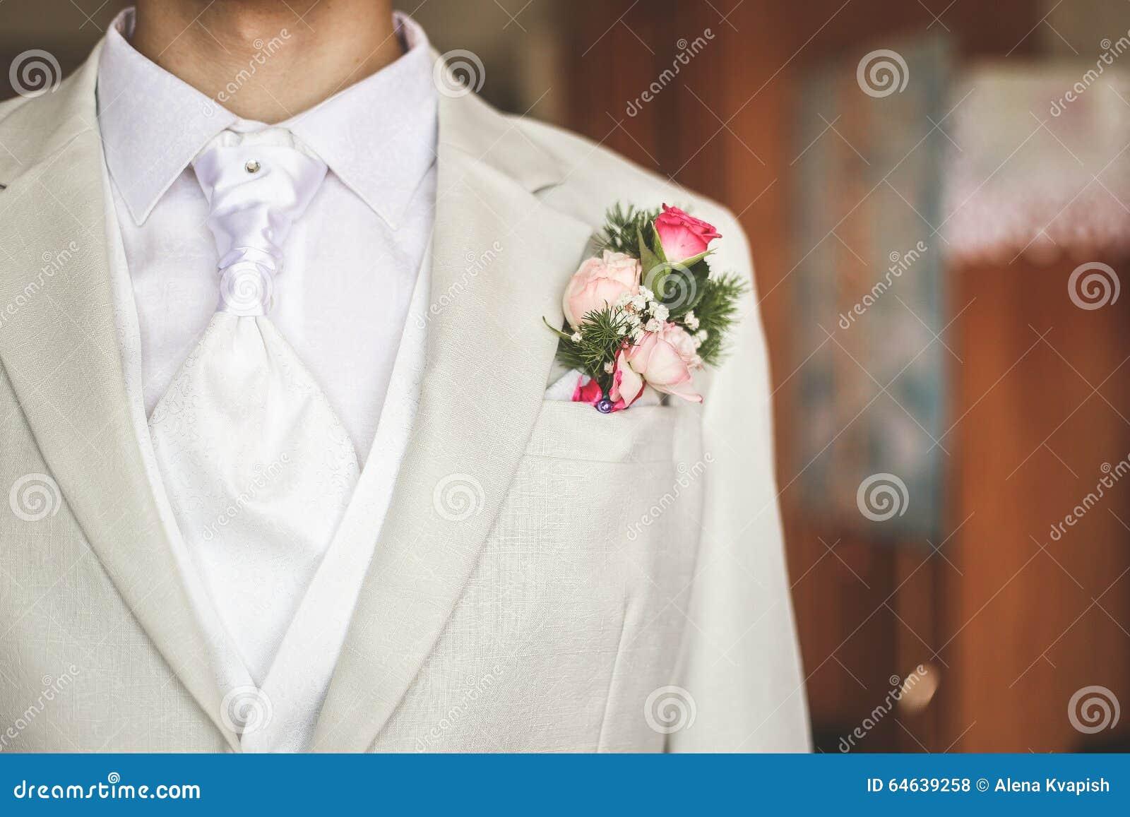 Groom одетый в белизне