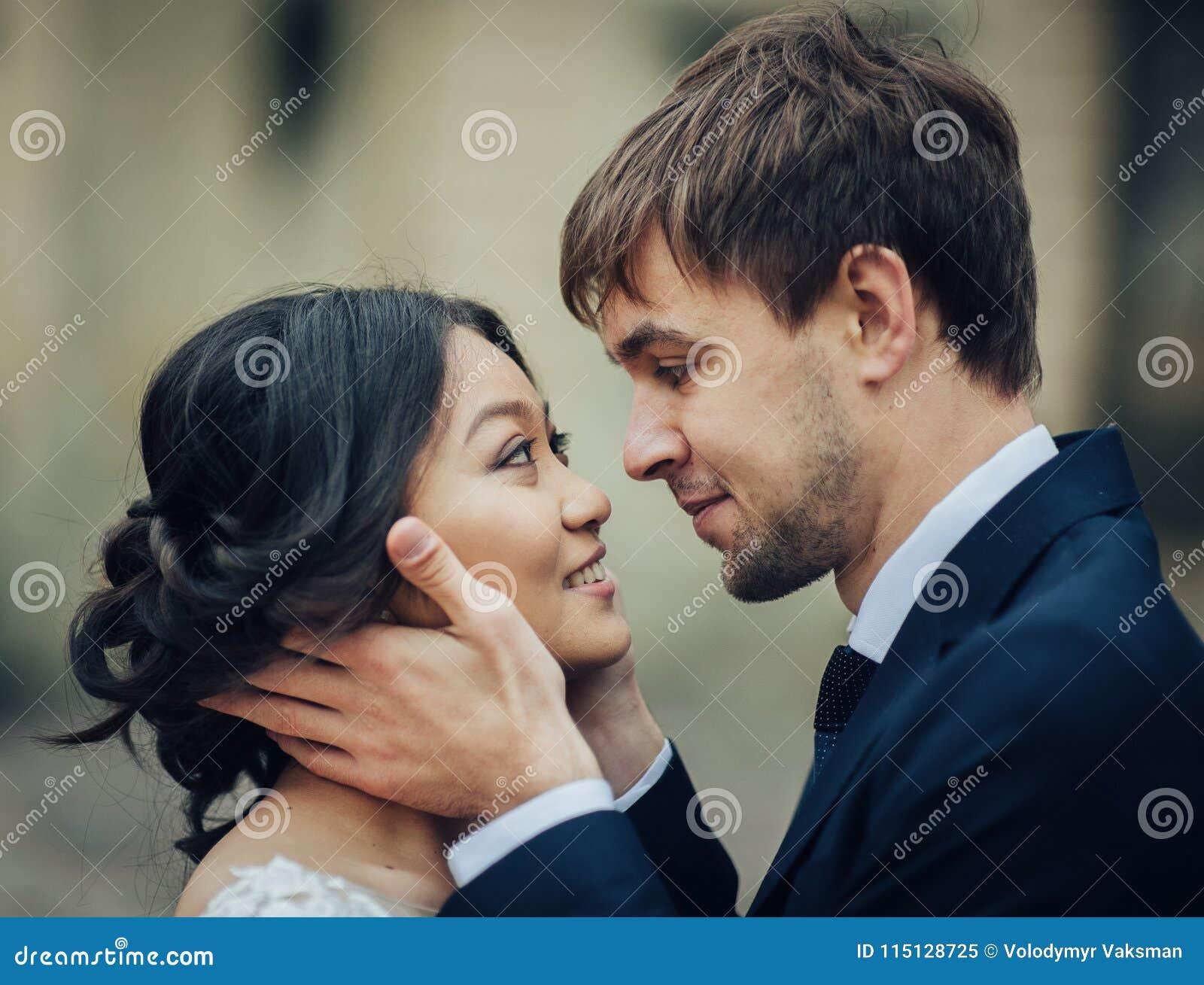 Groom при невеста представляя в дне свадьбы