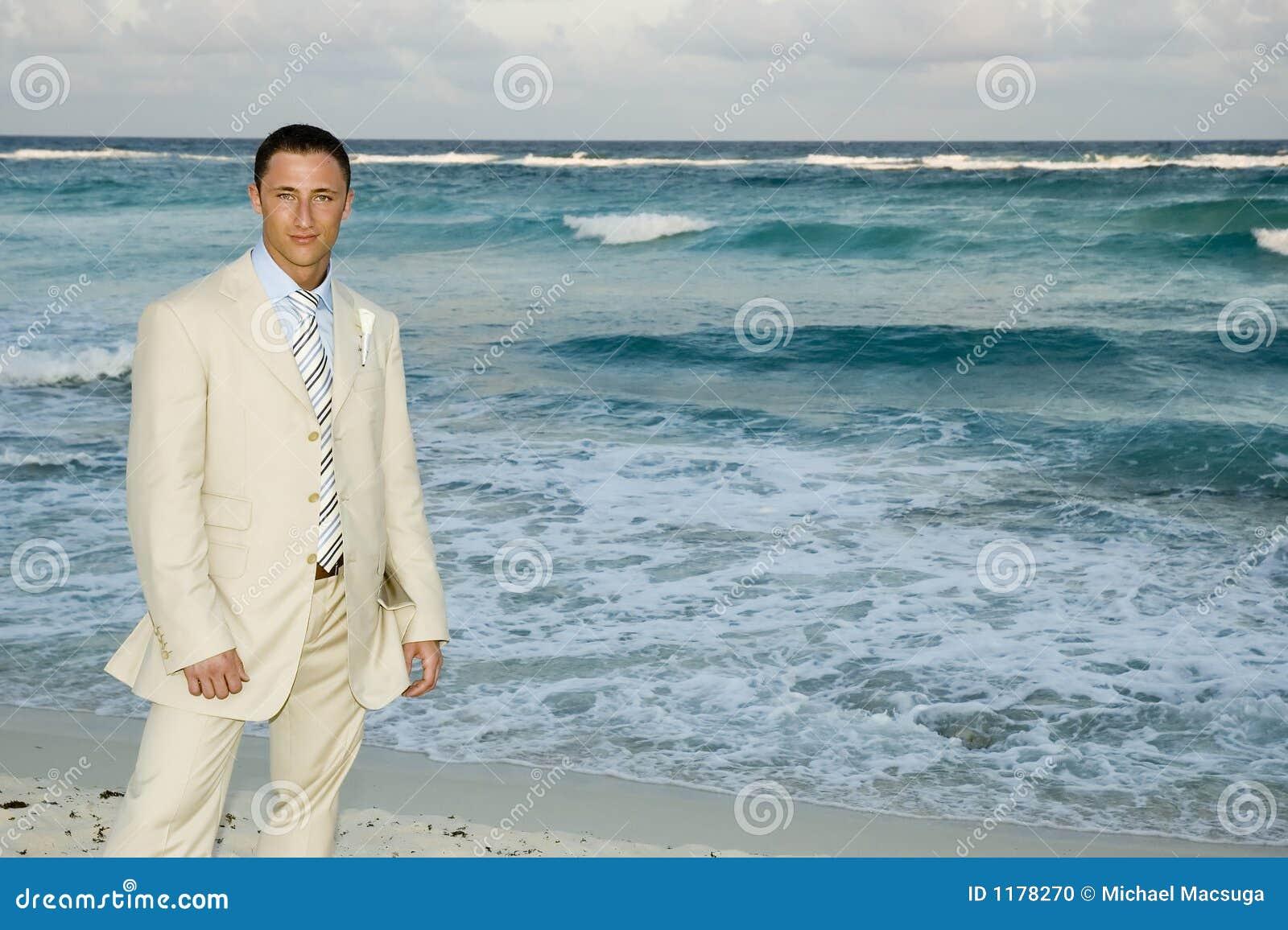 Groom caribbean пляжа представляя венчание