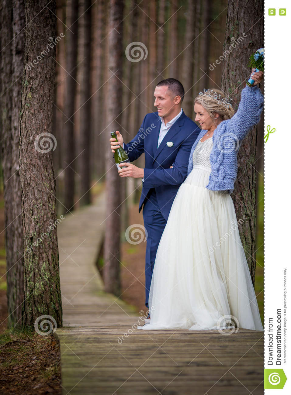 Groom openning the champagne at wedding day