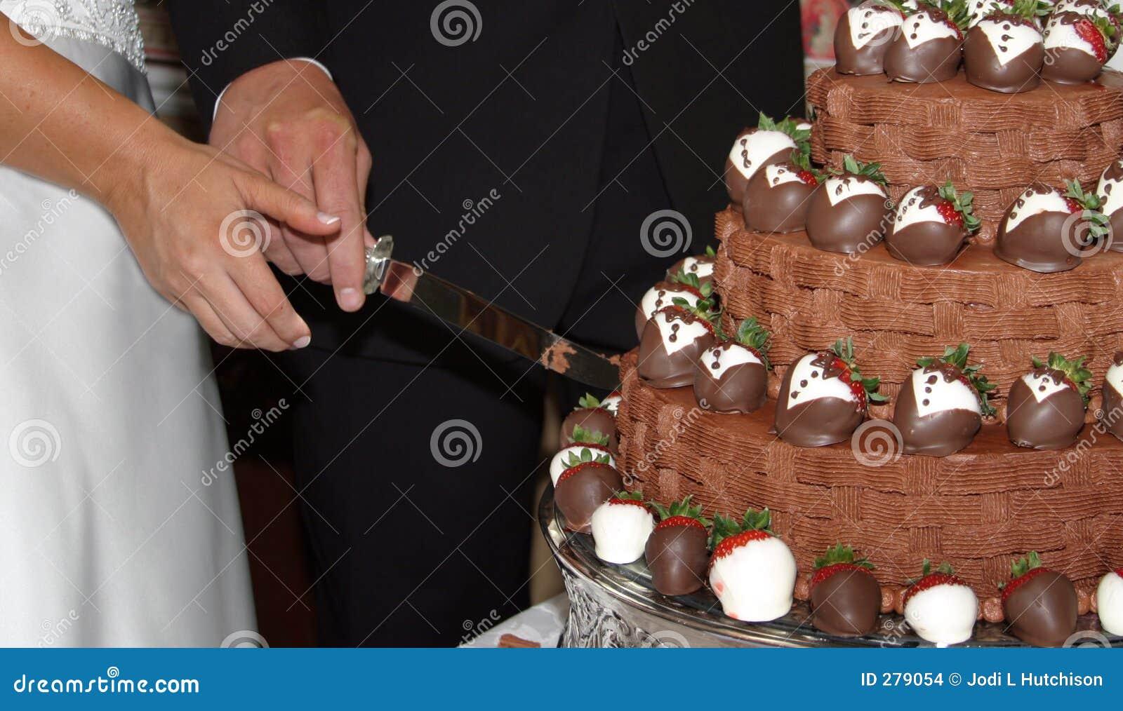 Groom s вырезывания торта