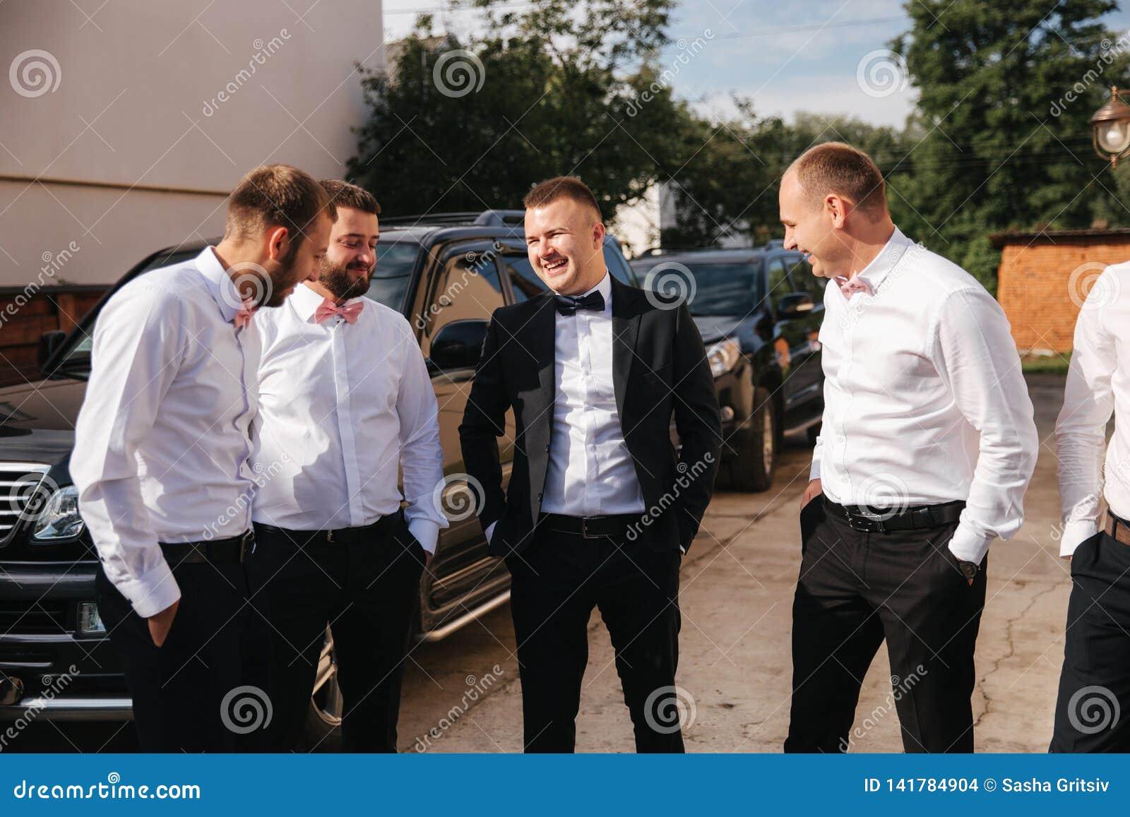 Groomsman passent le temps avec le marié à l arrière-cour Les types rient et avoir l amusement