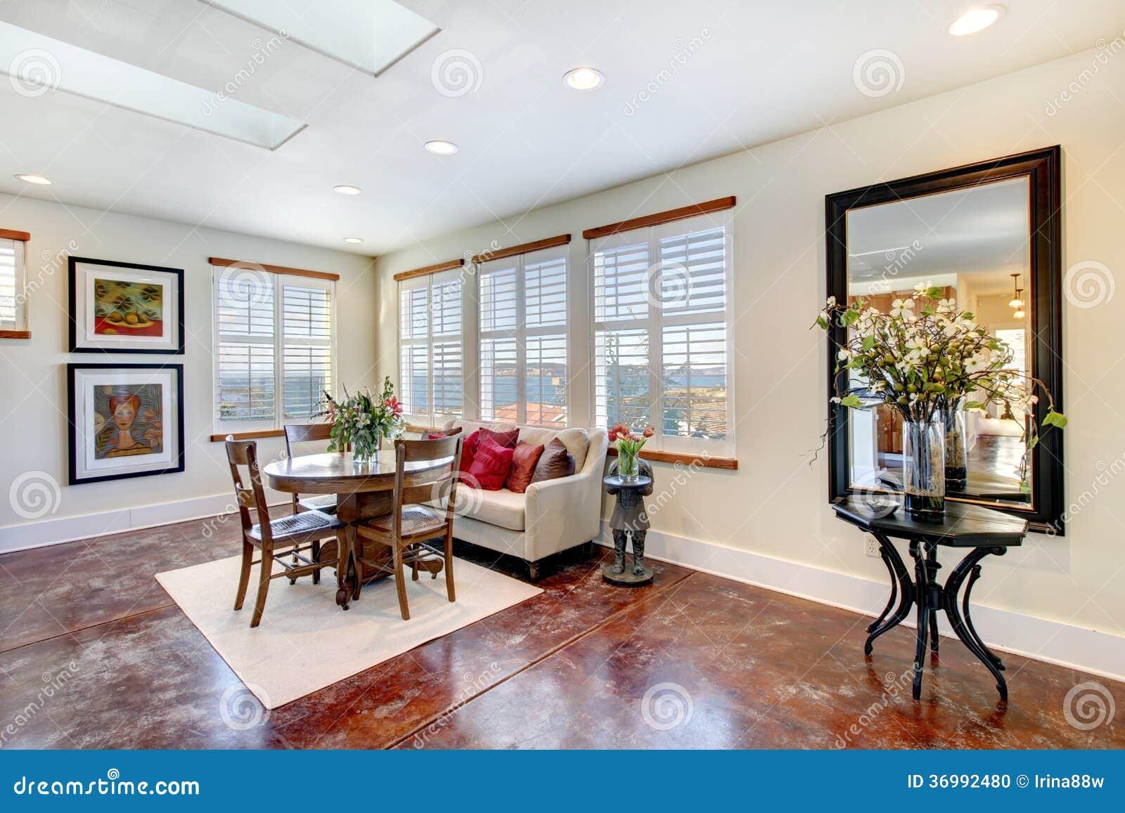 Groot aanpassings rustiek meubilair op een modern licht het dineren gebied stock foto - Modern meubilair en oude ...