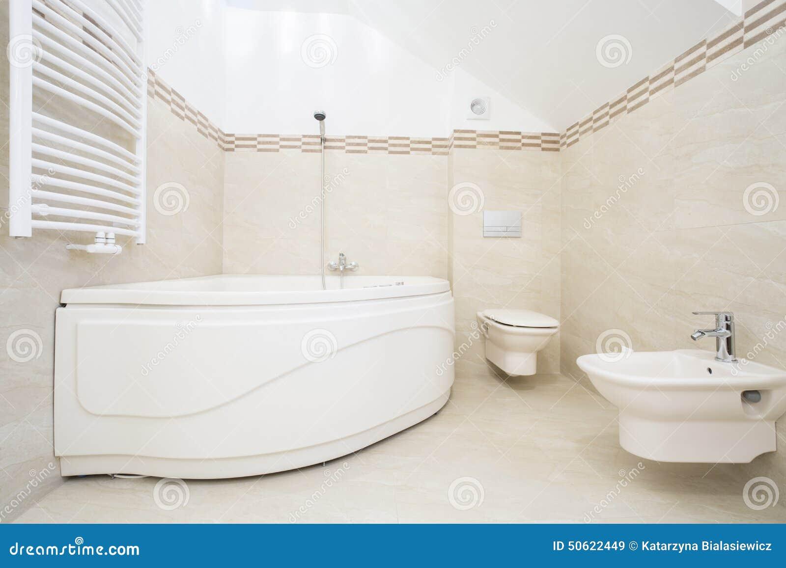 Groot bad in luxueuze badkamers stock foto afbeelding 50622449 - Badkamer meubilair ontwerp eigentijds ...