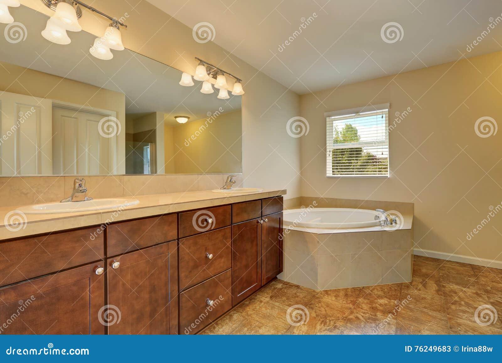 Marmeren Badkamer Vloer : Groot badkamersbinnenland met de ton van het hoekbad en marmeren