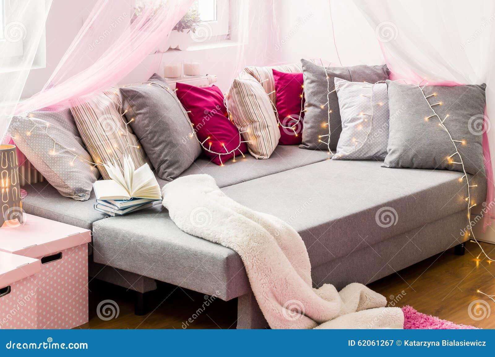 https://thumbs.dreamstime.com/z/groot-bed-met-decoratieve-kussens-62061267.jpg