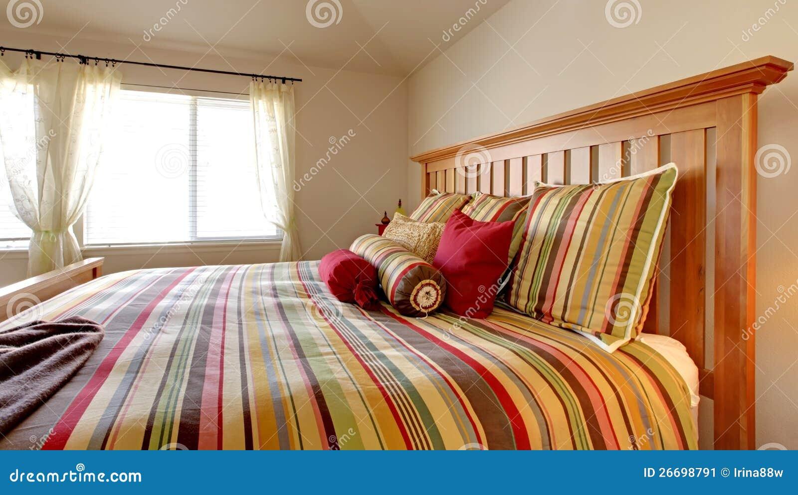 Groot bed met mooi beddegoed stock afbeelding   afbeelding: 26698791