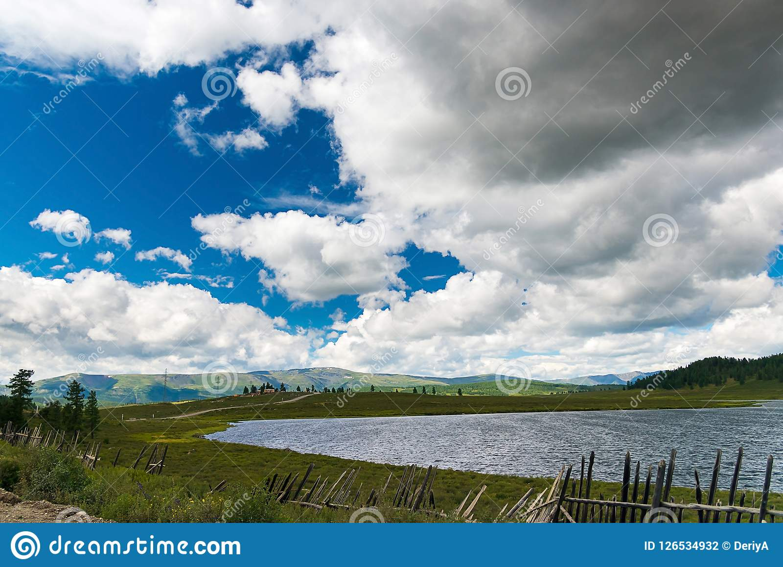 Groot bewolkt hemel en Meer Uzunkel, Altai-Republiek, Rusland