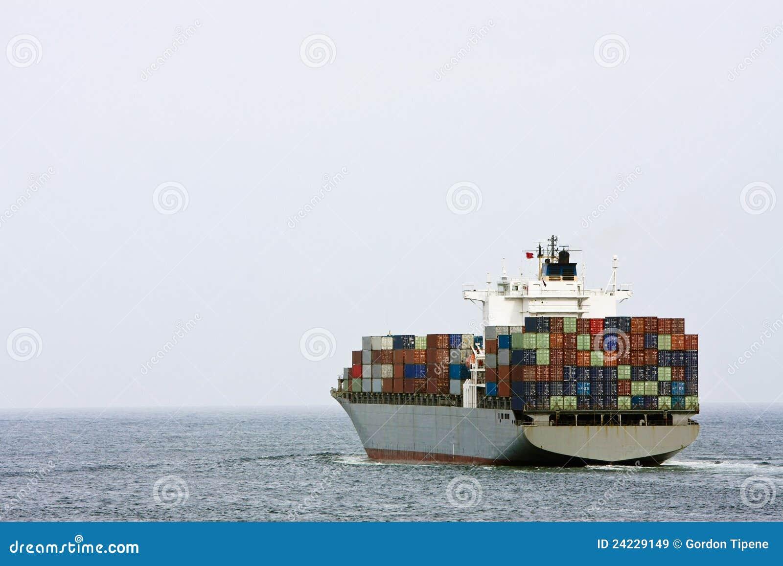 Groot containervrachtschip op zee.