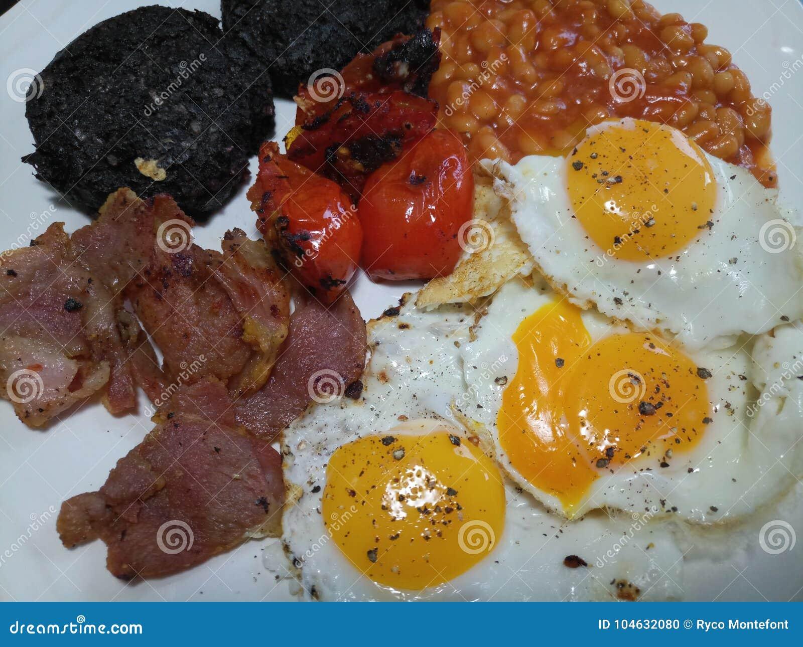 Download Groot Engels Ontbijt Met Drie Eieren, Knapperige Bacon En Bonen Stock Foto - Afbeelding bestaande uit tomaat, bacon: 104632080