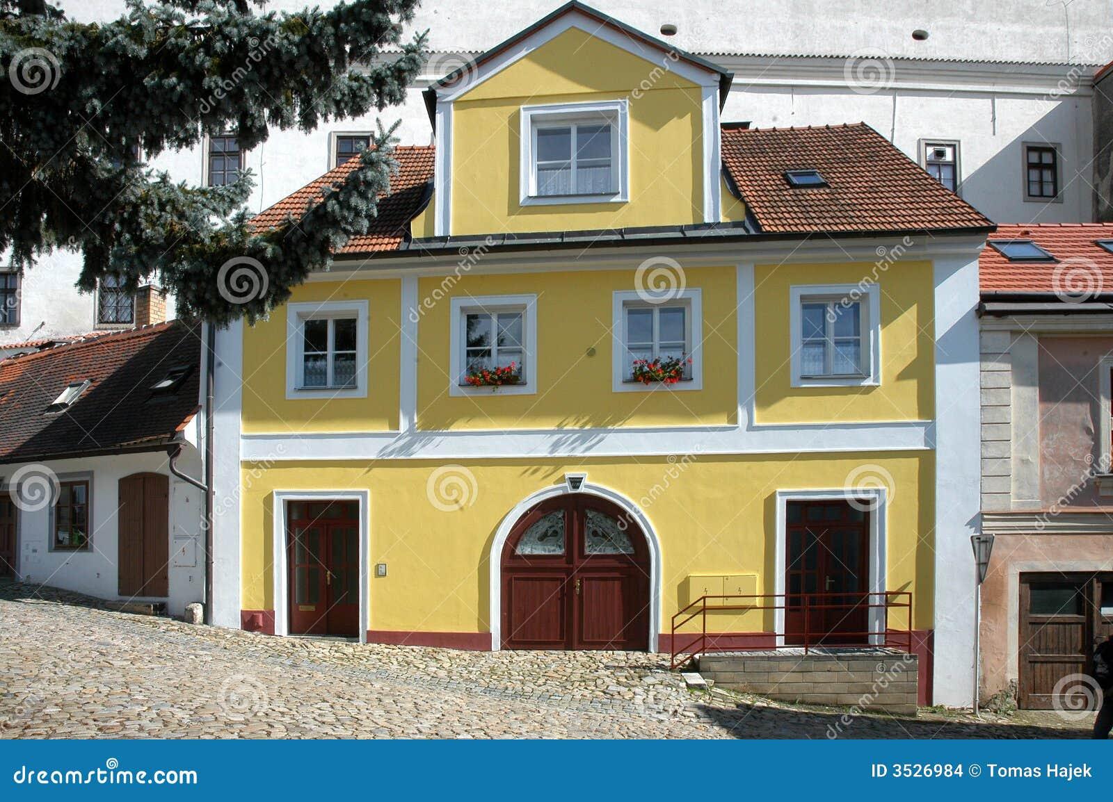 Groot geel huis in de stad