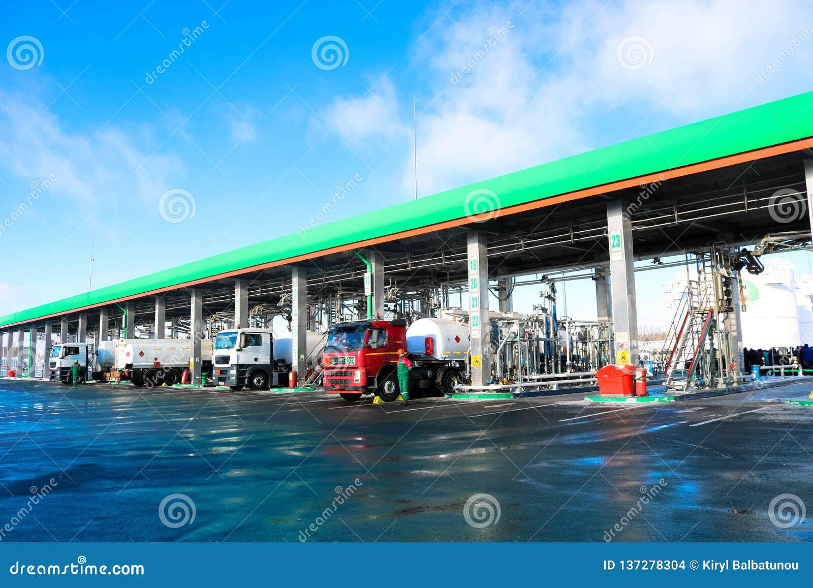 Groot groen industrieel benzinestation voor het bijtanken van voertuigen, vrachtwagens en tanks met brandstof, benzine en diesel