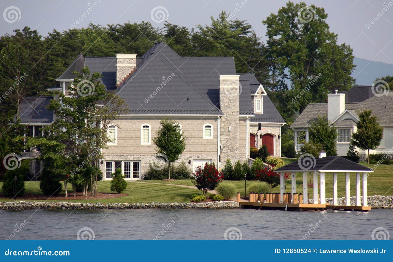 Groot huis langs het water het meer van de berg van smith stock foto afbeelding 12850524 - Fotos van eigentijds huis ...