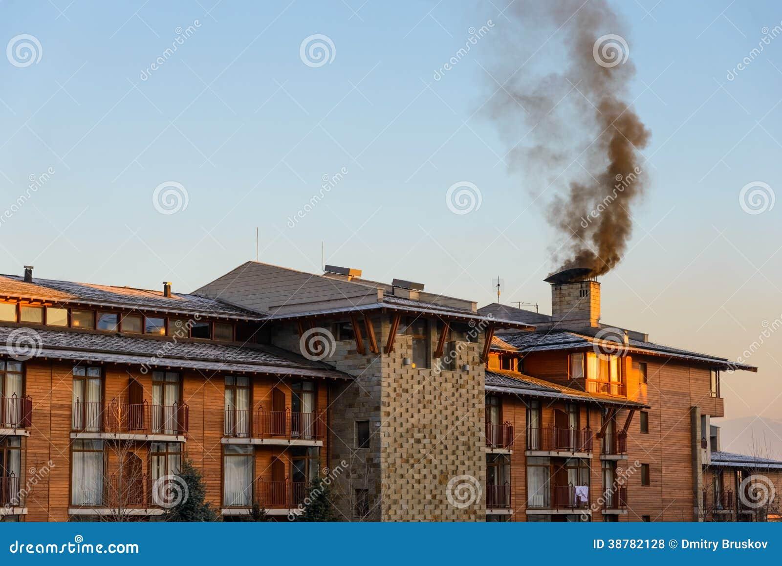 Een Winters Balkon : Groot huis met een balkon in de winter stock foto afbeelding