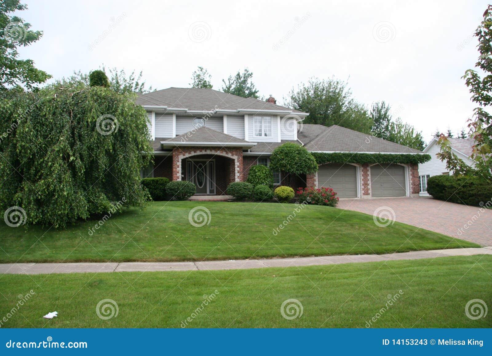 Groot huis in suburbia stock afbeelding afbeelding bestaande uit manicured 14153243 - Foto huis in l ...