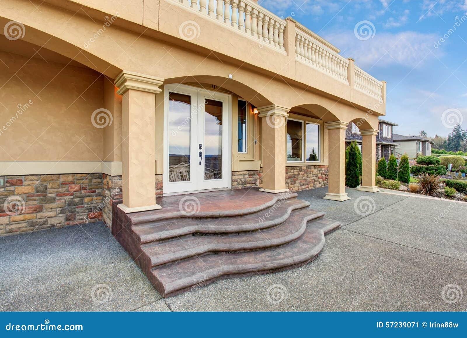 Groot mooi huis met gericht balkon stock foto afbeelding 57239071 - Mooi huis ...