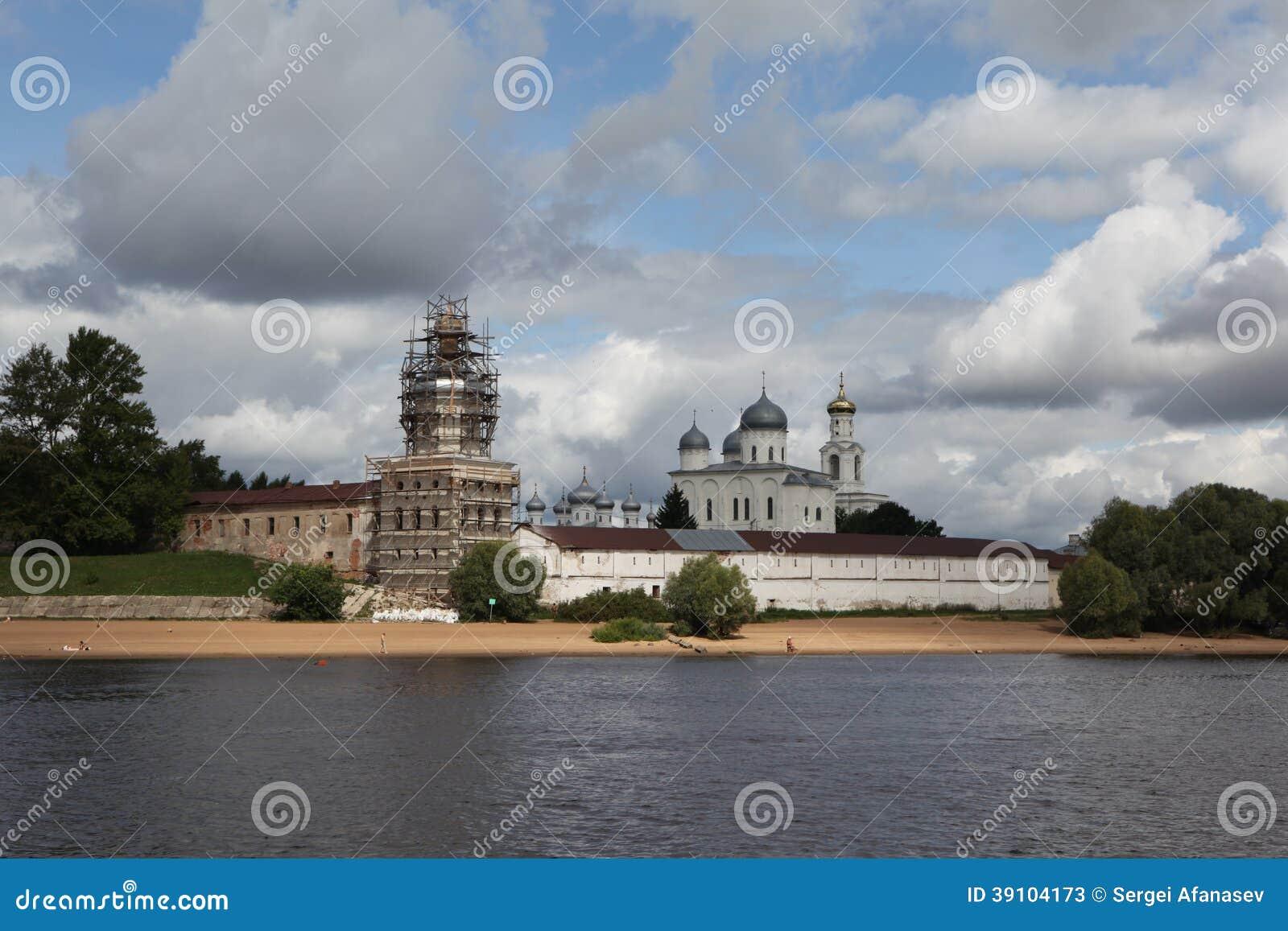 Groot Novgorod.Yurev-klooster met Volkhov.