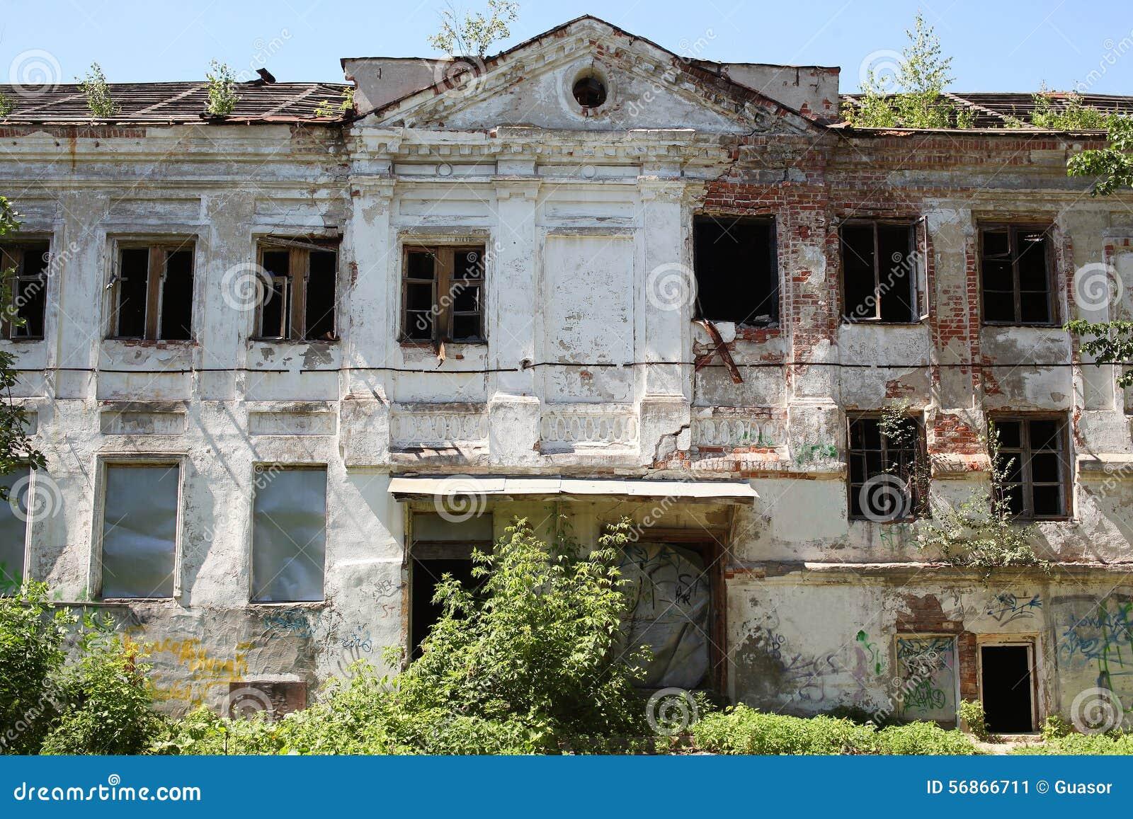 Groot oud baksteen gebrand verlaten huis met vensters stock afbeelding afbeelding 56866711 - Modern deco in oud huis ...