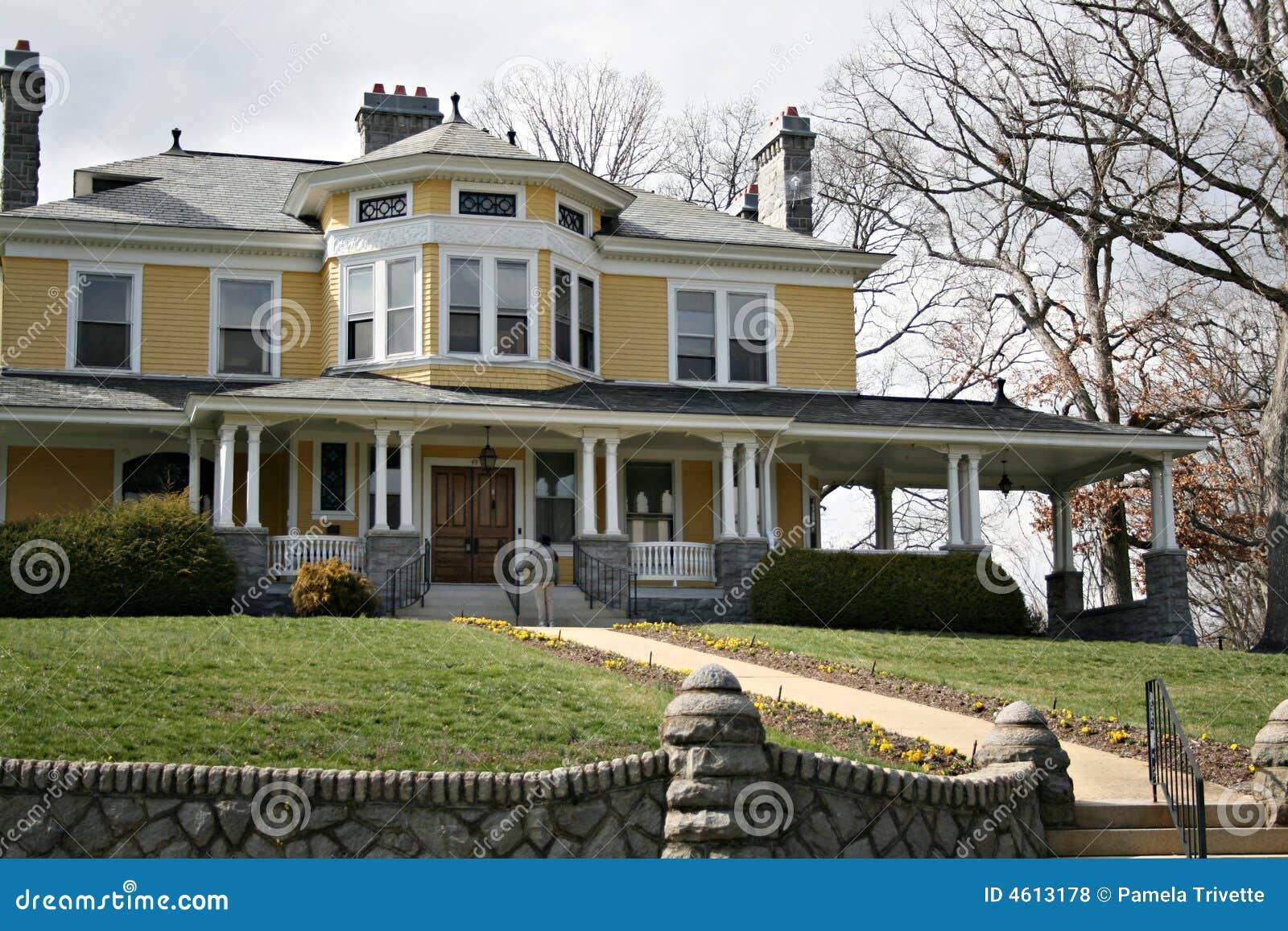 Groot oud geel huis royalty vrije stock foto 39 s afbeelding 4613178 - Oud huis ...