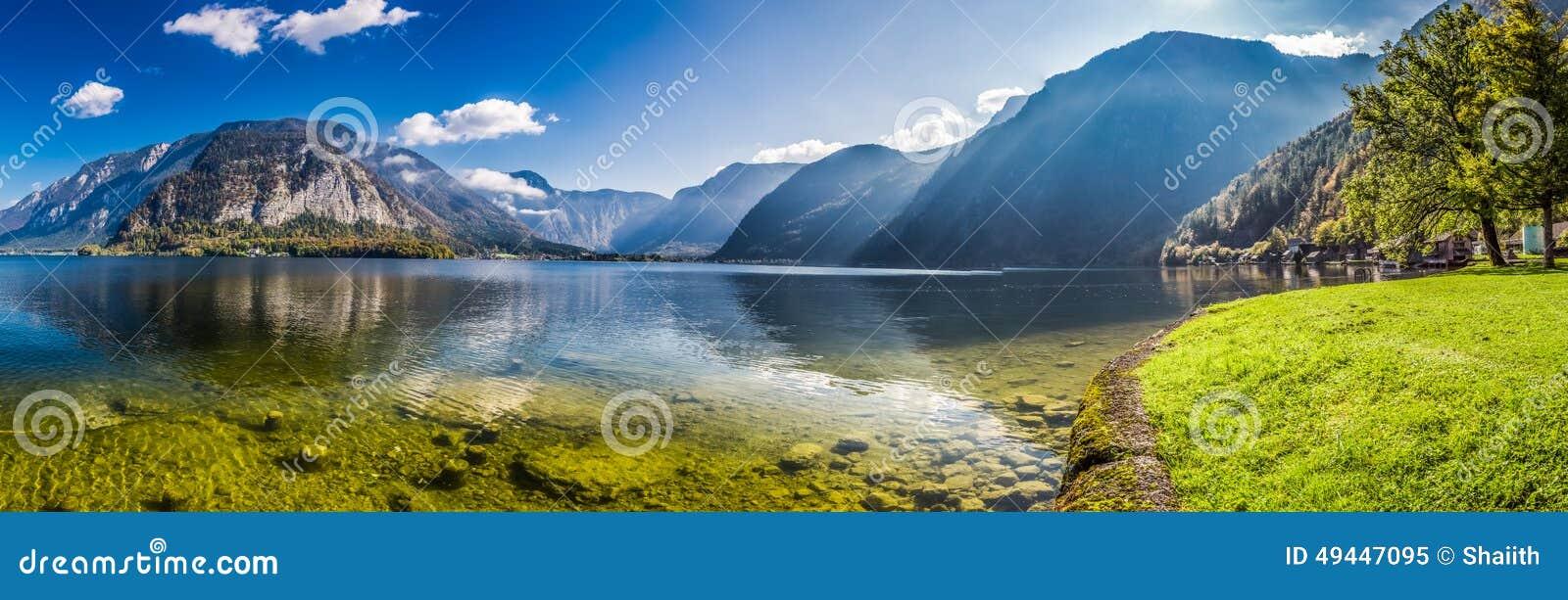 Groot panorama van glashelder bergmeer in Alpen
