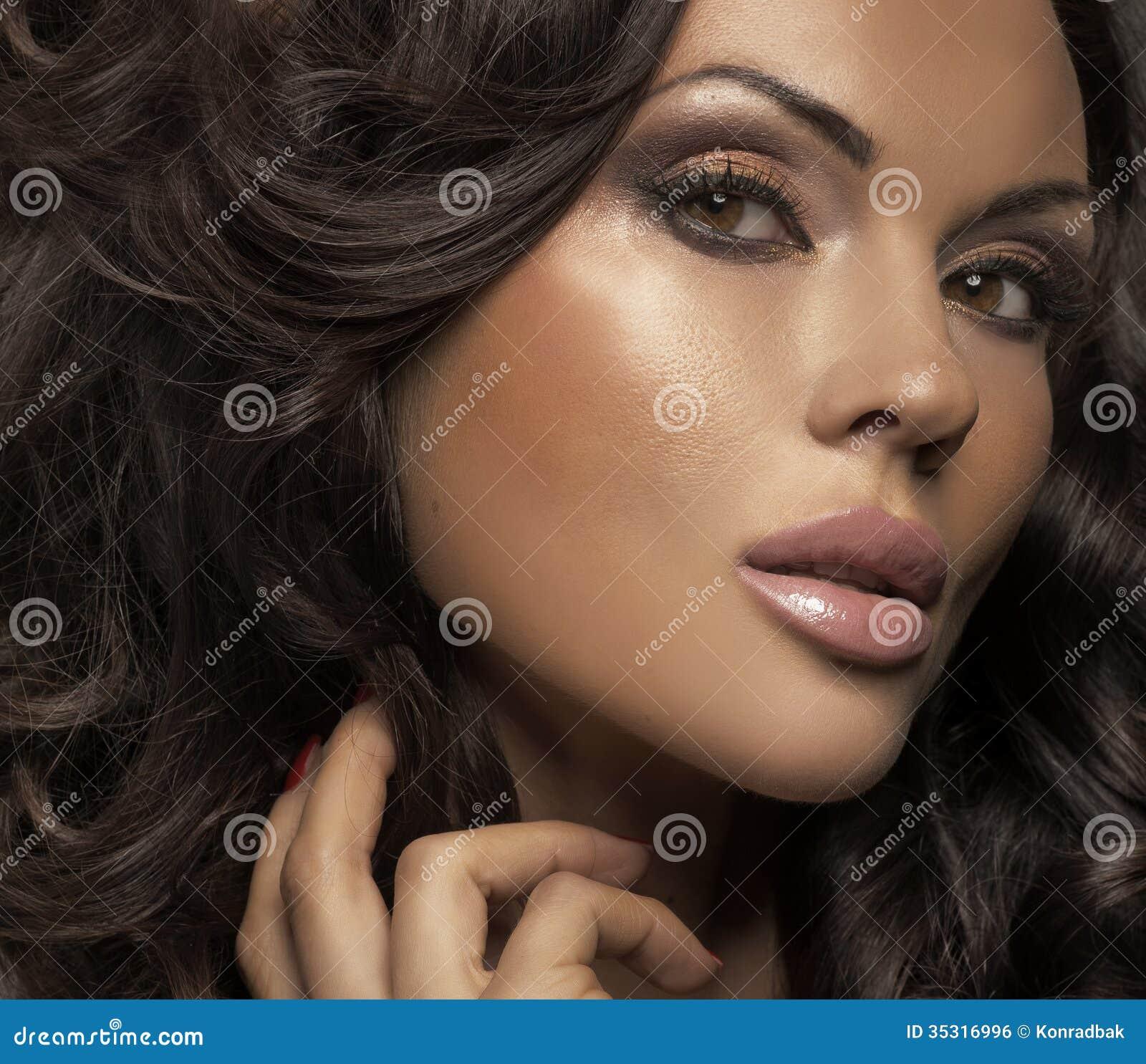 Groot portret van donkerbruine dame met duidelijke teint