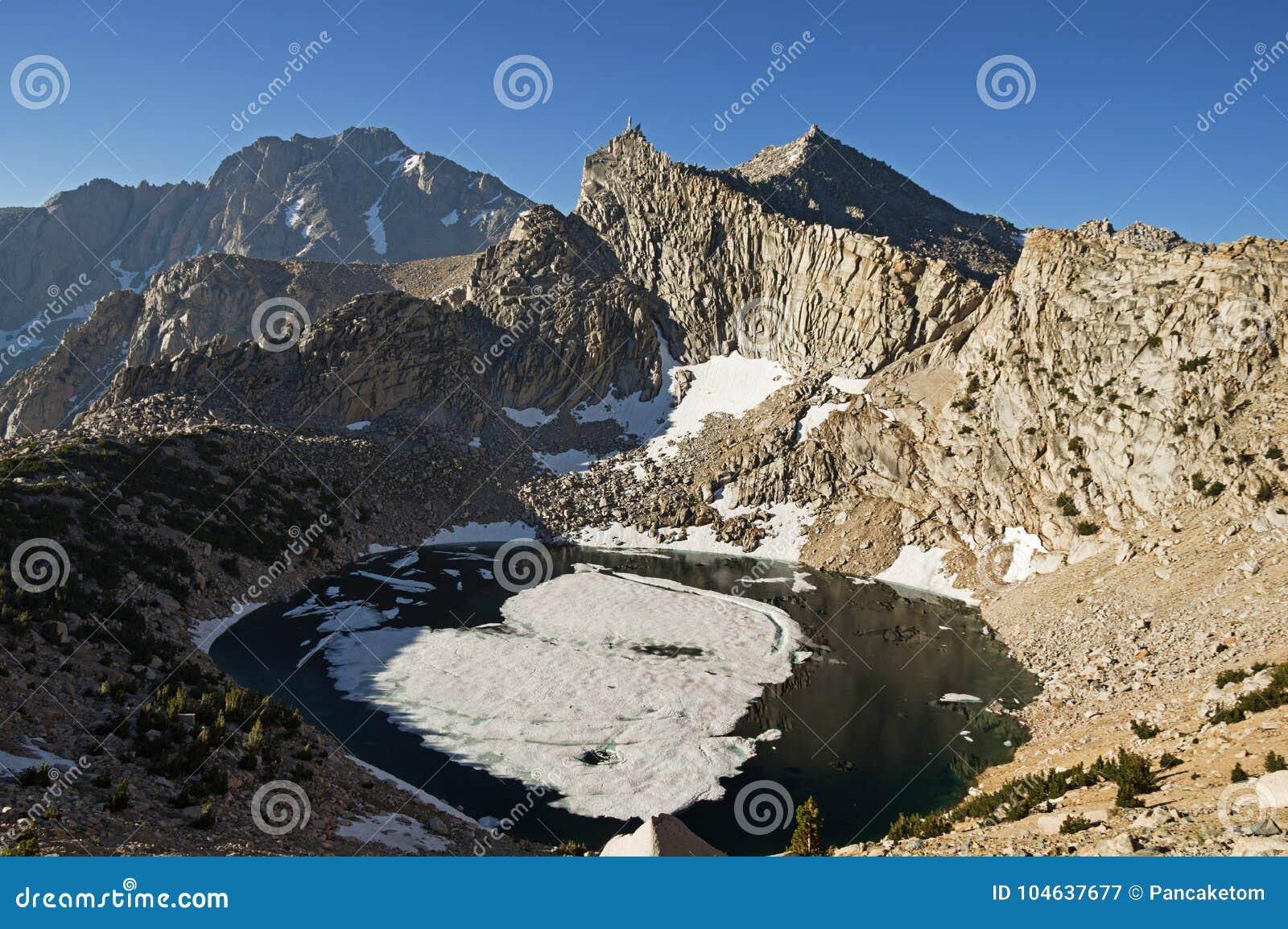 Download Groot Pothole Meer En Naamloze Piramideberg Stock Afbeelding - Afbeelding bestaande uit bergen, sneeuw: 104637677