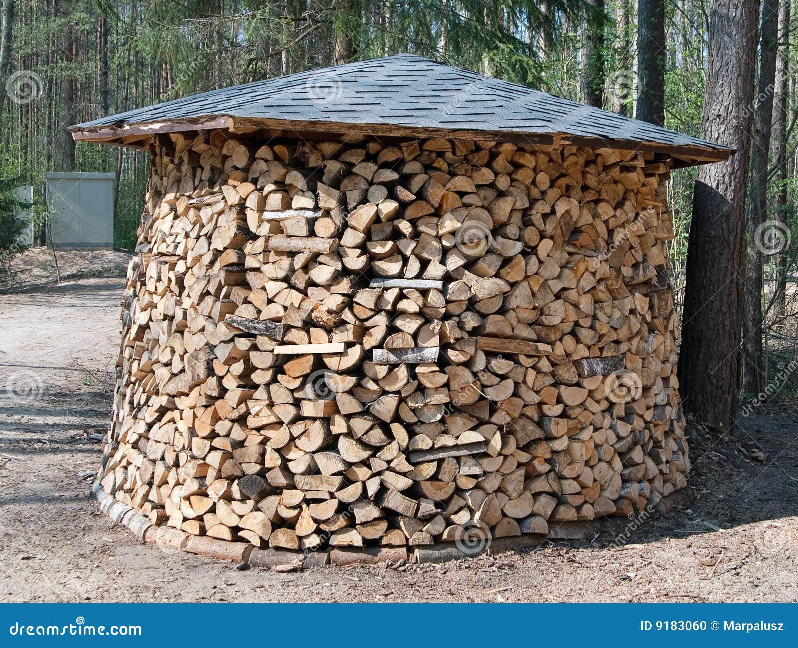Groot rond brandhout dat in bos wordt voorbereid stock for Groot rond zwembad