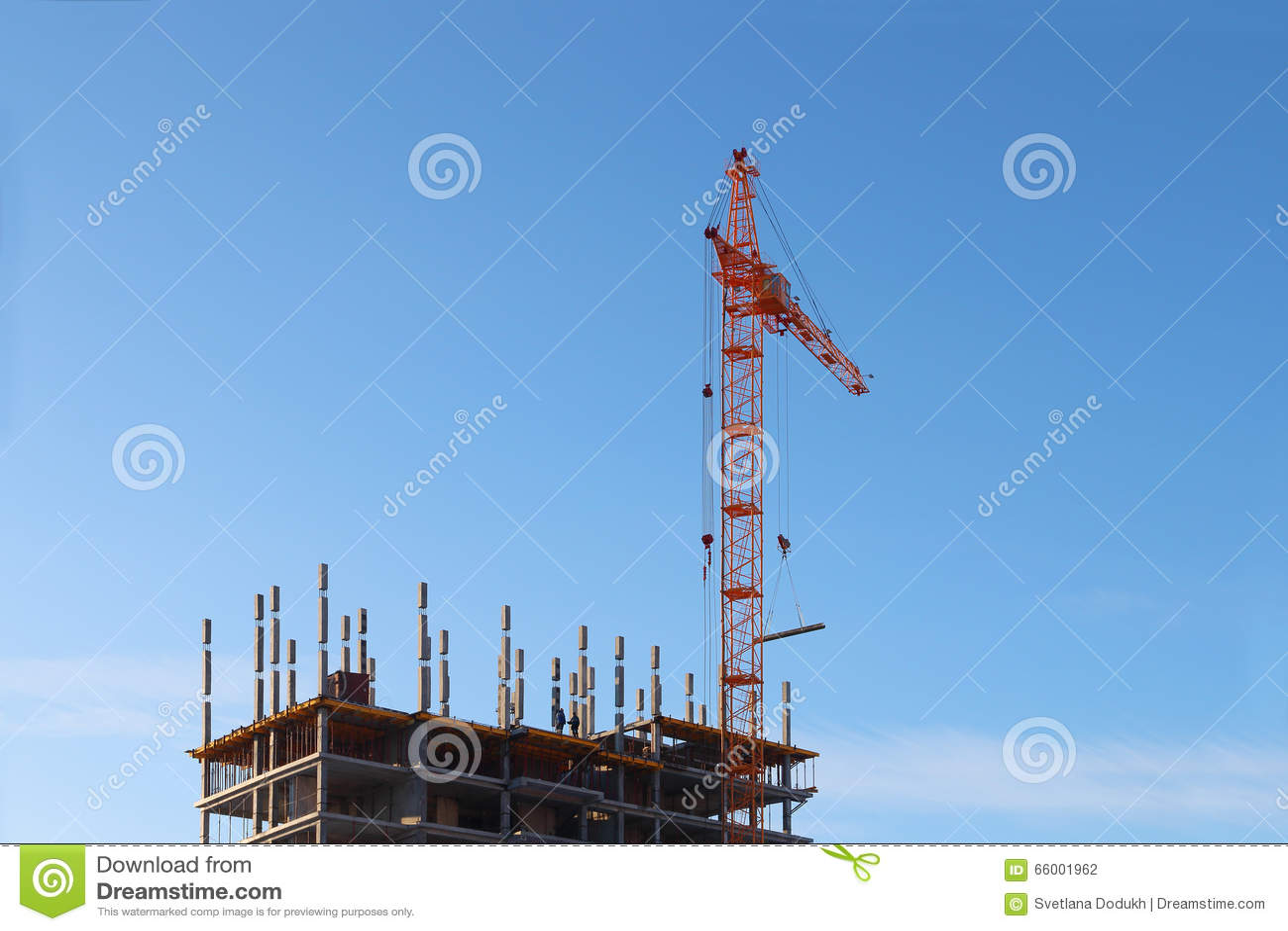 Groot stationair hijstoestel en in aanbouw de bouw