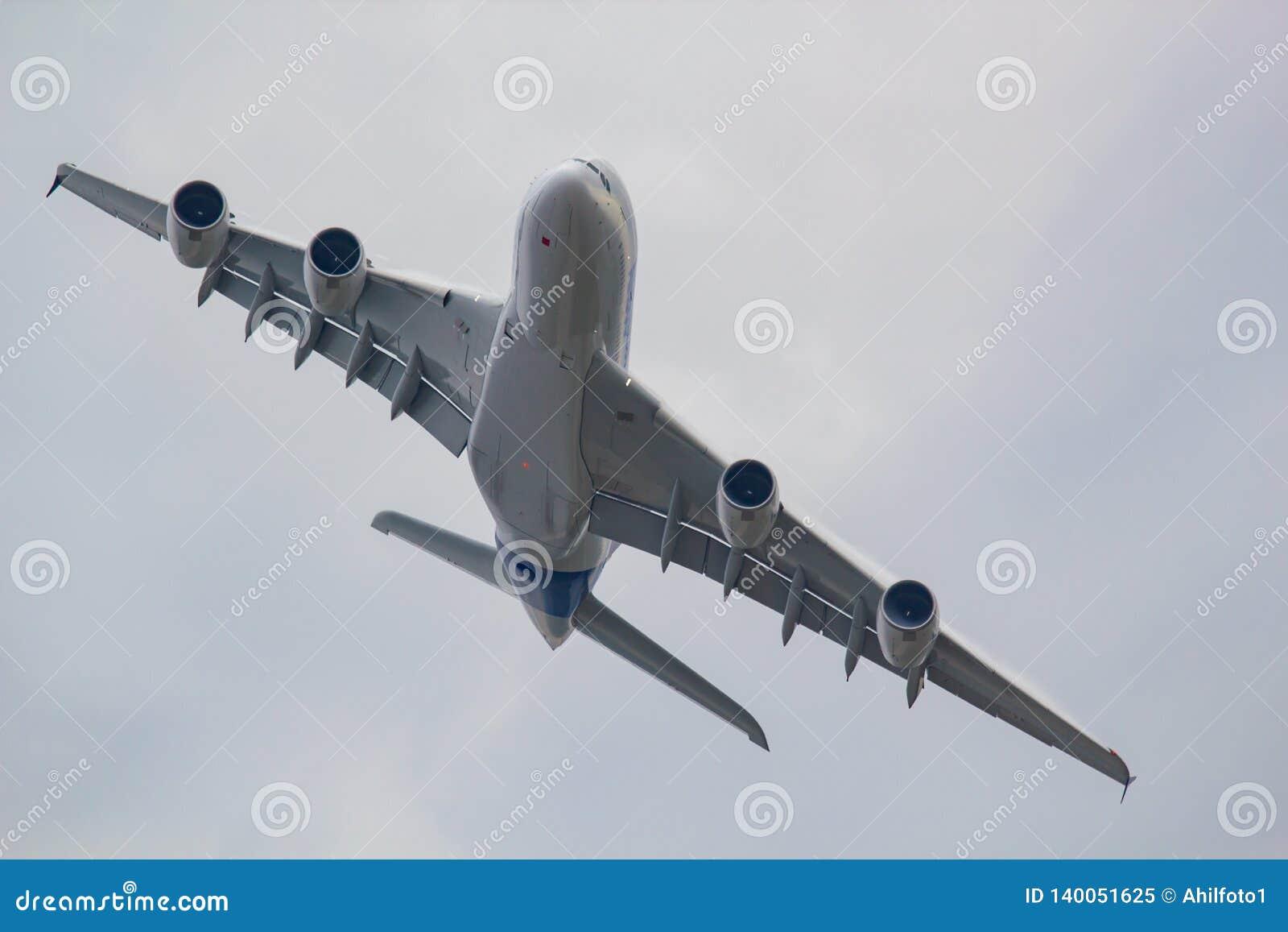 Groot vliegtuig in de hemel